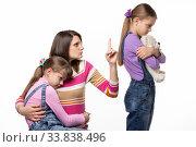 Купить «Мама отчитывает дочь которая отобрала игрушку у другой девочки», фото № 33838496, снято 15 мая 2020 г. (c) Иванов Алексей / Фотобанк Лори