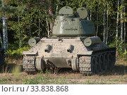 Купить «Советский средний танк времен Великой Отечественной войны Т-34-85 на опушке леса, вид сзади», фото № 33838868, снято 25 августа 2018 г. (c) Малышев Андрей / Фотобанк Лори