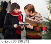 Купить «Senior woman participating in social inquiry», фото № 33858248, снято 2 июня 2020 г. (c) Яков Филимонов / Фотобанк Лори