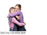Купить «Две подружки радостно обнимают друг друга», фото № 33858564, снято 15 мая 2020 г. (c) Иванов Алексей / Фотобанк Лори