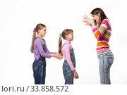 Купить «Мама пугает своих двух дочек, изолировано на белом фоне», фото № 33858572, снято 15 мая 2020 г. (c) Иванов Алексей / Фотобанк Лори