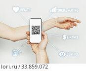 Чипирование, сканирование QR-кода на руке человека. Стоковое фото, фотограф Сергей Тиняков / Фотобанк Лори