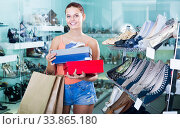 Купить «glad teenager female holding boxes in shoes boutique», фото № 33865180, снято 15 сентября 2016 г. (c) Яков Филимонов / Фотобанк Лори