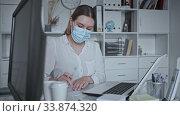 Female doctor in lab coat and protective medical masks works at the laptop. Стоковое видео, видеограф Яков Филимонов / Фотобанк Лори