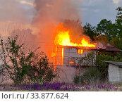 Горящий деревенский дом Дача горит. Стоковое фото, фотограф Кузнецов Максим / Фотобанк Лори