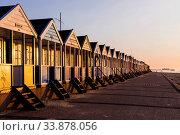 England, Suffolk, Southwold, Colourful Beach Huts. Стоковое фото, фотограф Steve Vidler / age Fotostock / Фотобанк Лори