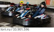 Man and women competing on racing cars. Стоковое фото, фотограф Яков Филимонов / Фотобанк Лори