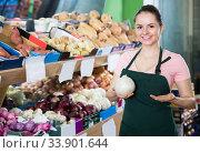 vendor offering ripe onions. Стоковое фото, фотограф Яков Филимонов / Фотобанк Лори