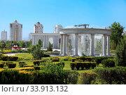 Купить «Modern apartamentes behind a young park with fountain complex. Ashkhabad. Turkmenistan.», фото № 33913132, снято 13 июля 2020 г. (c) age Fotostock / Фотобанк Лори