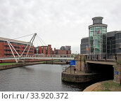 Leeds, west yorkshire, united kingdom - 4 july 2019: knights bridge crossing the river aire and canal in leeds with waterside apartments and the royal armouries museum next to the dick entrance. Стоковое фото, фотограф Zoonar.com/PHILIP_OPENSHAW / age Fotostock / Фотобанк Лори