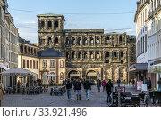 Das römische Stadttor Porta Nigra, Teil des UNESCO-Welterbes in Trier, Rheinland-Pfalz, Deutschland | The Roman city gate Porta Nigra, UNESCO World Heritage... Стоковое фото, фотограф Peter Schickert / age Fotostock / Фотобанк Лори