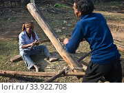Pitsawyers at work ( West Bengal, India). (2020 год). Редакционное фото, фотограф Franck Metois / age Fotostock / Фотобанк Лори