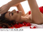 Купить «Sexy Brunette lying in bed with rose petals», фото № 33928264, снято 15 мая 2020 г. (c) Гурьянов Андрей / Фотобанк Лори