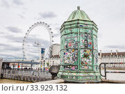 LONDON - AUGUST 23, 2017: Stickers and locks from tourists on a green booth near Westminster pier. Редакционное фото, фотограф Nataliia Zhekova / Фотобанк Лори