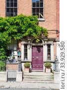 A red burgundy door in Dublin, Ireland. Arched Georgian door house front (2019 год). Стоковое фото, фотограф Nataliia Zhekova / Фотобанк Лори