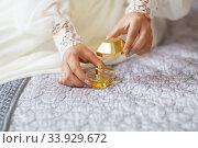 Купить «Bride reveals favorite perfume», фото № 33929672, снято 20 августа 2015 г. (c) Nataliia Zhekova / Фотобанк Лори