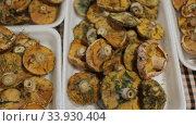 Close up of saffron milk cap mushrooms in plastic packaging. Стоковое видео, видеограф Яков Филимонов / Фотобанк Лори
