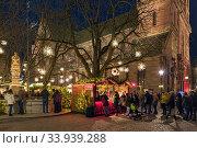 Базель, Швейцария. Рождественский базар около Базельского собора (2019 год). Редакционное фото, фотограф Михаил Марковский / Фотобанк Лори
