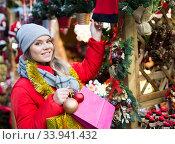 Cheerful female customer with Christmas gifts on street. Стоковое фото, фотограф Яков Филимонов / Фотобанк Лори