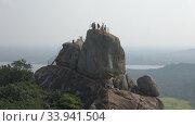 Вид на скалу Арадхана Гала (Скала Приглашение) ранним утром. Михинтале, Шри-Ланка. Редакционное видео, видеограф Виктор Карасев / Фотобанк Лори