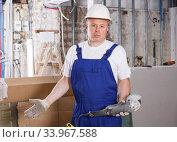 Купить «Puzzled builder», фото № 33967588, снято 28 мая 2018 г. (c) Яков Филимонов / Фотобанк Лори