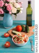 Купить «Овощной салат из свежих огурцов и помидоров с оливковым маслом», фото № 33969820, снято 7 июня 2020 г. (c) Наталья Гармашева / Фотобанк Лори
