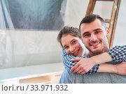 Glückliches junges Paar freut sich über den Umzug in das neue Eigenheim oder die neue Wohnung. Стоковое фото, фотограф Zoonar.com/Robert Kneschke / age Fotostock / Фотобанк Лори