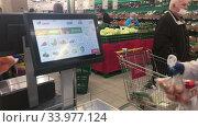 Электронные весы в отделе свежих овощей и фруктов в супермаркете Окей. Редакционное видео, видеограф Кекяляйнен Андрей / Фотобанк Лори