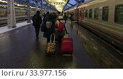 Купить «Пассажиры идут с чемоданами по перрону Московского вокзала, Санкт-Петербург», видеоролик № 33977156, снято 19 мая 2020 г. (c) Кекяляйнен Андрей / Фотобанк Лори