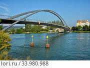 Die Dreilaenderbruecke, die auf deutscher Seite Weil am Rhein mit Huningue auf der franzoesischen Seite verbindet und gleichzeitig an der Grenze zur Schweiz... Стоковое фото, фотограф Zoonar.com/JOACHIM G. PINKAWA / easy Fotostock / Фотобанк Лори