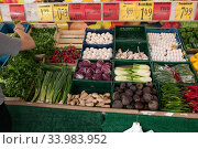 Germany, Berlin - Turkish fruit and vegetable shop at Potsdamer Strasse (2019 год). Редакционное фото, агентство Caro Photoagency / Фотобанк Лори