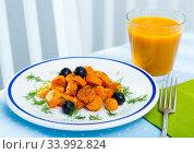 Купить «Vegetarian breakfast, carrots with juice», фото № 33992824, снято 11 июля 2020 г. (c) Яков Филимонов / Фотобанк Лори