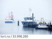 Schiffe am Hafen im Nebel, Insel Juist, Ostfriesland, Niedersachsen, Deutschland, Europa. Стоковое фото, фотограф Zoonar.com/Stefan Ziese / age Fotostock / Фотобанк Лори