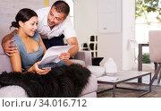 Happy couple reading letter. Стоковое фото, фотограф Яков Филимонов / Фотобанк Лори