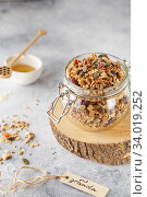Organic homemade granola cereal with oats, nuts and dried berries. Muesli in a glass jar. Healthy vegan breakfast or snack. Copy space for text. Proper nutrition concept. Стоковое фото, фотограф Nataliia Zhekova / Фотобанк Лори