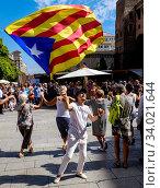 A man waving the Estelada (Catalonian flag of independence) in the Palau de la Generalitat de Catalunya near Barcelona Cathedral, Catalonoa, Spain. (2015 год). Редакционное фото, фотограф Andrew Wilson / age Fotostock / Фотобанк Лори