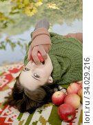 Czech Republic, Young woman with apples. Стоковое фото, фотограф Imageproduction Int. / easy Fotostock / Фотобанк Лори