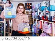 Woman choosing pets cage. Стоковое фото, фотограф Яков Филимонов / Фотобанк Лори