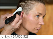 Купить «Women's haircut at home», фото № 34030528, снято 13 июня 2020 г. (c) Знаменский Олег / Фотобанк Лори