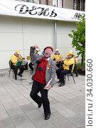 Михаил Корнеевич Аникеев танцует (2009 год). Редакционное фото, фотограф Дмитрий Неумоин / Фотобанк Лори