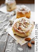 Sinnabon buns. Sinabon rolls with cream cheese and cream, chocolate and almond nuts. Стоковое фото, фотограф Nataliia Zhekova / Фотобанк Лори