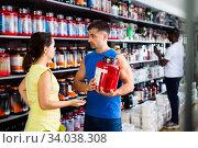 Купить «Confident athletically built man recommending sports supplements», фото № 34038308, снято 13 июля 2020 г. (c) Яков Филимонов / Фотобанк Лори