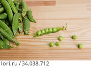 green peas in pods freshly picked on wood. Стоковое фото, фотограф Nataliia Zhekova / Фотобанк Лори