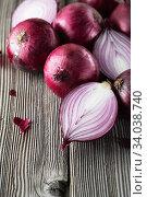 Купить «red onions on rustic wood. Red onion halves. Food Ingredients», фото № 34038740, снято 29 июля 2019 г. (c) Nataliia Zhekova / Фотобанк Лори