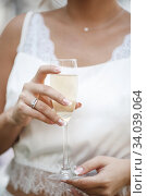 wedding and engagment ring on hand with champagne. woman's hand with glass of sparkling wine. Стоковое фото, фотограф Юрий Голяк / Фотобанк Лори