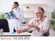 Купить «Young male doctor and old patient in antismoking concept», фото № 34045856, снято 9 сентября 2019 г. (c) Elnur / Фотобанк Лори