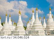 Купить «Белые ступы пагоды Sanda Muni  на фоне облачного голубого неба. Мандалай, Мьянма», фото № 34046024, снято 19 декабря 2016 г. (c) Виктор Карасев / Фотобанк Лори