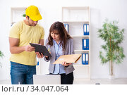 Купить «Young male courier delivering parcel to the office», фото № 34047064, снято 22 ноября 2019 г. (c) Elnur / Фотобанк Лори