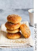Купить «bun buns with sesame seeds on a wooden board.», фото № 34047448, снято 10 апреля 2020 г. (c) Nataliia Zhekova / Фотобанк Лори