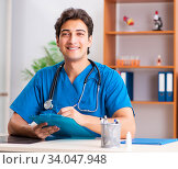 Купить «Young handsome doctor radiologyst working in clinic», фото № 34047948, снято 10 августа 2018 г. (c) Elnur / Фотобанк Лори